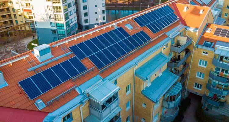 Instalar placas solares en todas las comunidades de vecinos reduciría 8.000M de toneladas de CO2
